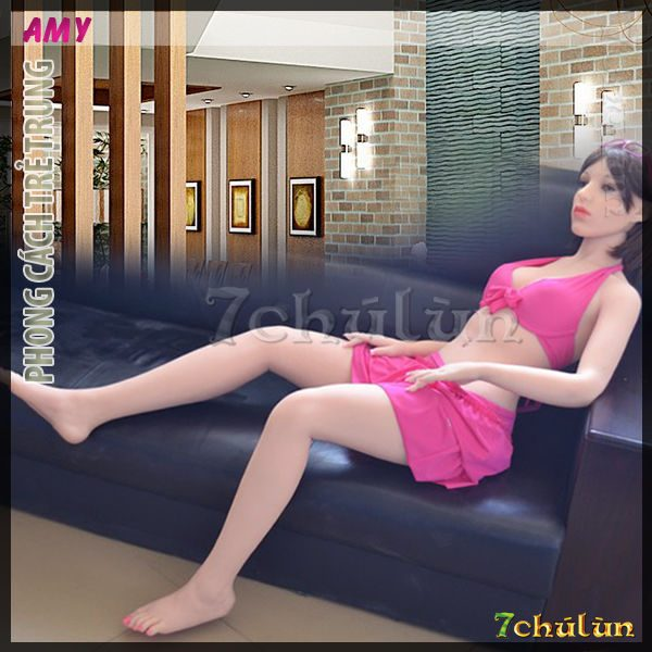 2-do-choi-bup-be-tinh-duc-silicon-amy-em-co-the-ngoi-ghe-salon-phong-khach